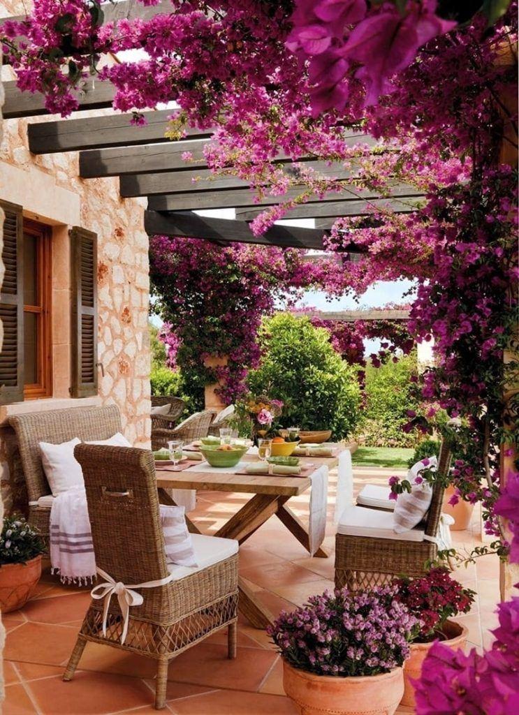 Mesa de exterior bajo buganvilla violeta