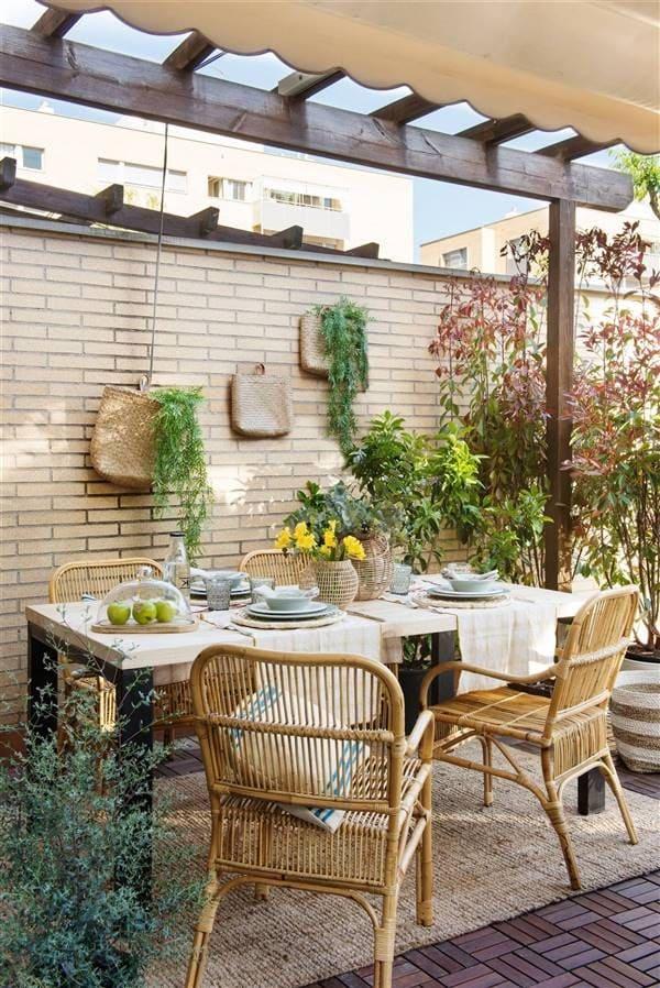 muebles de exterior mesa y sillas decoradas con gusto