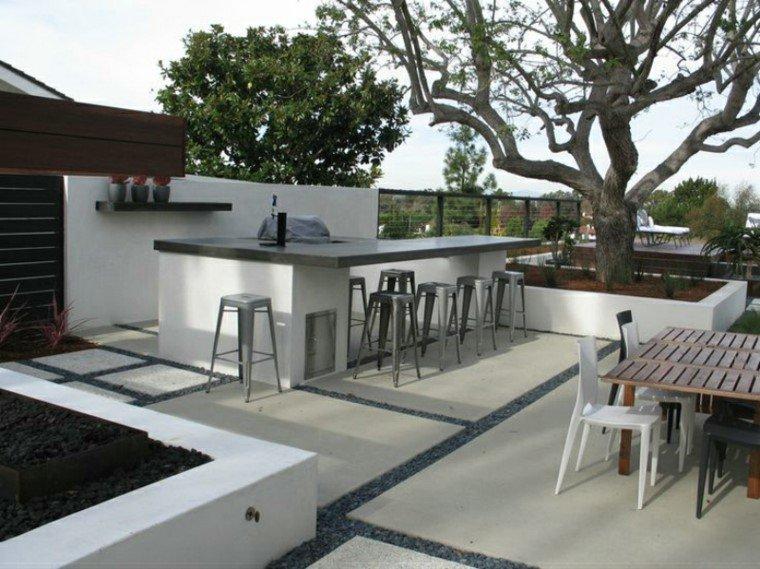 mesa alta de bar y taburetes junto a piscina