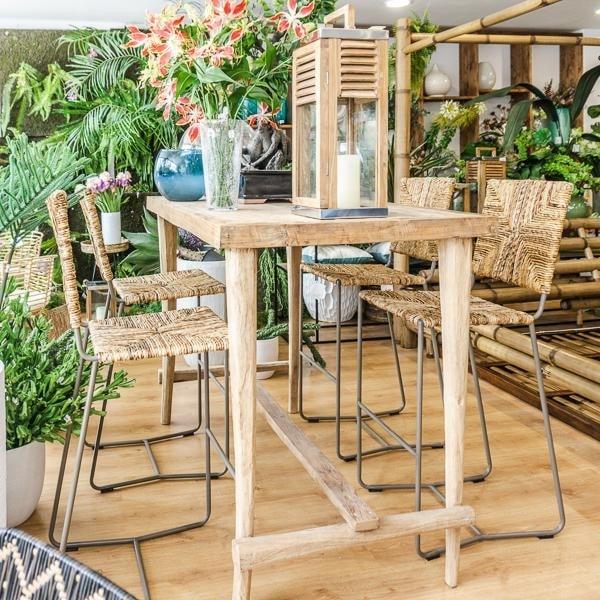taburete y mesa de bar con materiales naturales