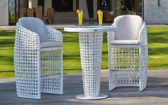 mesa alta y taburetes de exterior